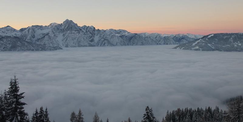 Bild: Hochnebel über dem Lienzer Becken (Osttirol). Eigentlich handelt es sich hierbei um eine Wolke, den Stratus. (Bildquelle: foto-webcam.eu)